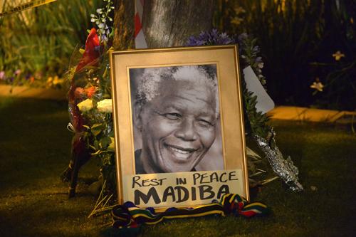 លោក Nelson Mandela និមិត្តរូបនៃការតស៊ូប្រឆាំងនឹងការរើសអើងពូជសាសន៍នៅអាហ្រ្វិកខាងត្បូង។ រូបថត AFP