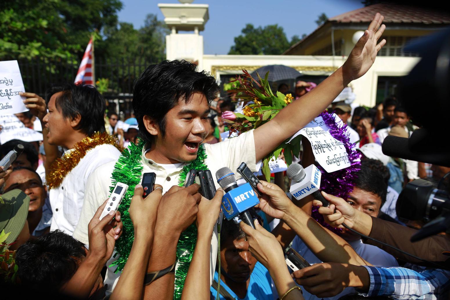 លោក Yan Naing Tun អ្នកទោសនយោបាយភូមា និយាយជាមួយអ្នកសែត នៅទីក្រុង Yangon កាលពីថ្ងៃ ៣១ ខែធ្នូ ឆ្នាំ ២០១៣ ។