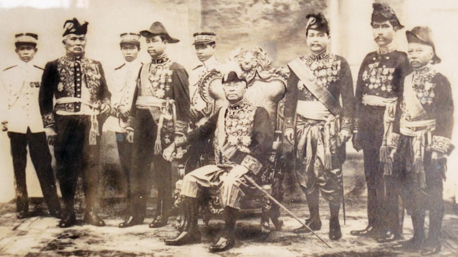 ព្រះបាទ ស៊ីសុវត្ថិ ថតជាមួយនឹងមន្ត្រីចតុស្ដម្ភរបស់ទ្រង់ នៅ ឆ្នាំ ១៩២១ ។ ពីឆ្វេងទៅស្ដាំ ជួរមុខ ៖ Son Diep, Monivong, ស្ដេច Sisowath, Thiounn, Ponn, Chhum ។